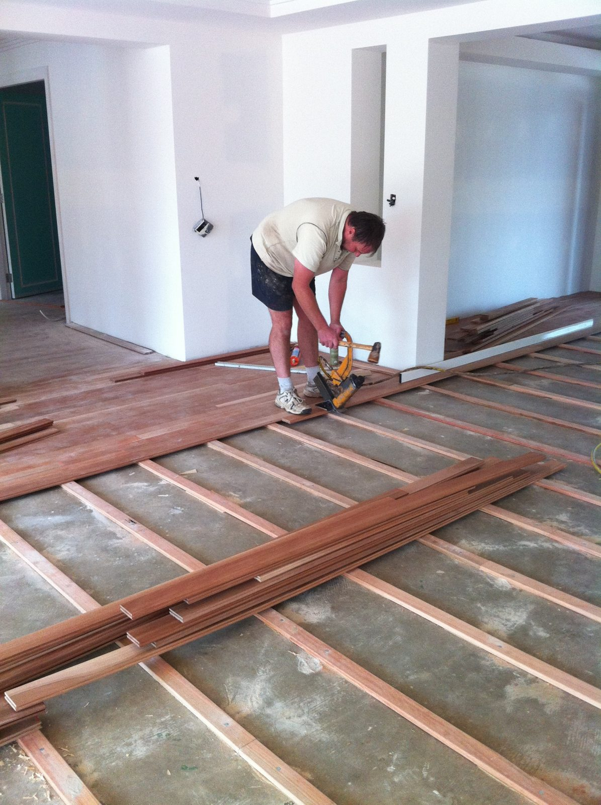 floorlayer-laying-a-timber-floor-over-a-concrete-slab2