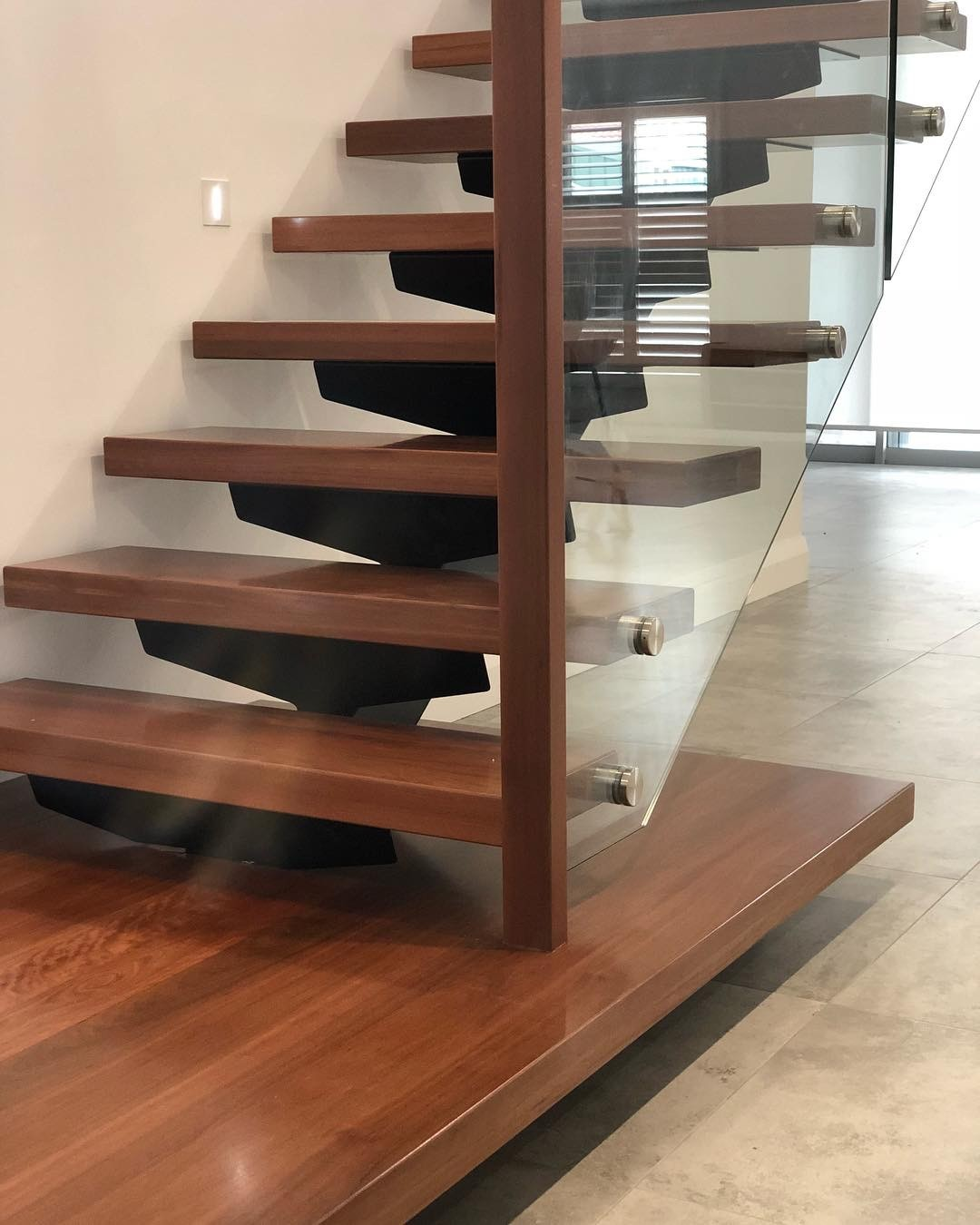 solid-treads-with-glass-balustrade-and-timber-landing